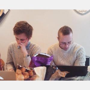 Tällaista keskittymistä voi olla vain TYYn edarissa! Kuvassa edaattorimme Jussi ja Ville huhtikuun kokouksessa.