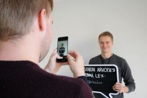 Ehdokkaat pääsivät myös rennompiin kuvaustunnelmiin. Kuvausvuorossa ehdokas Mika Pirttijärvi.